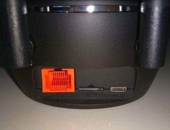 Auf der Kamera-Rückseite findet sich der Netzwerkanschluss, der Kartenslot und der Stromanschluss (Bild: Discountfan.de)